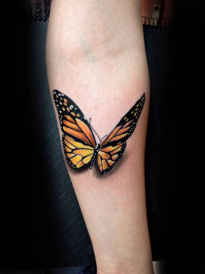 orangenfarbener schmetterling tattoo 3d am unterarm, kleine motive für frauen