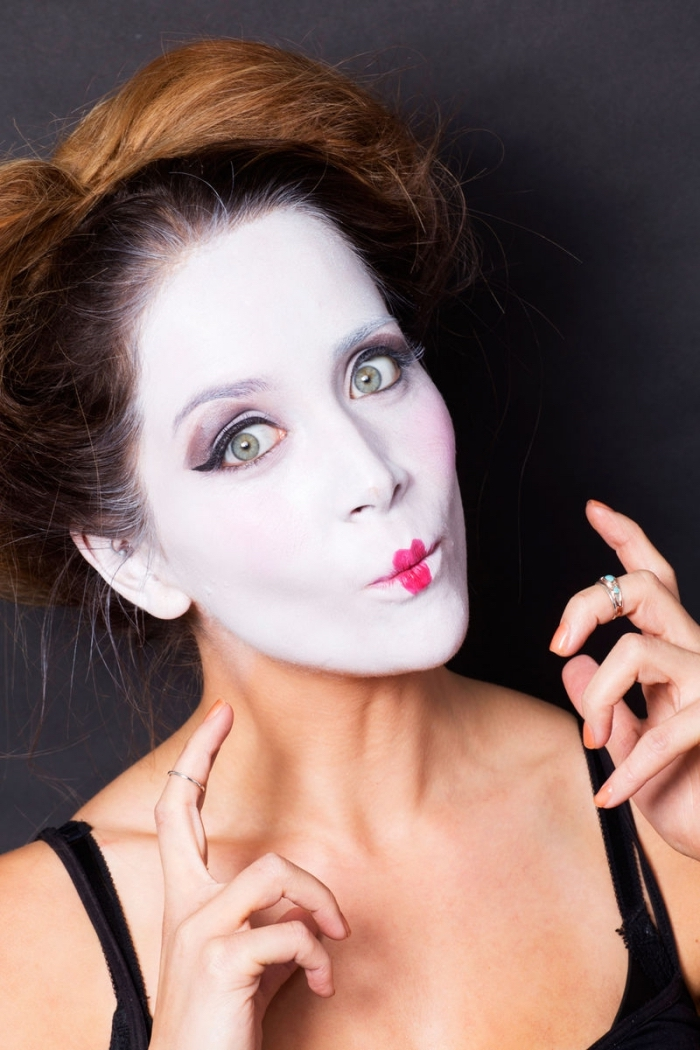 pantomime schminken, grüne augen, weißes gesicht, roter lippenstift, mime make up