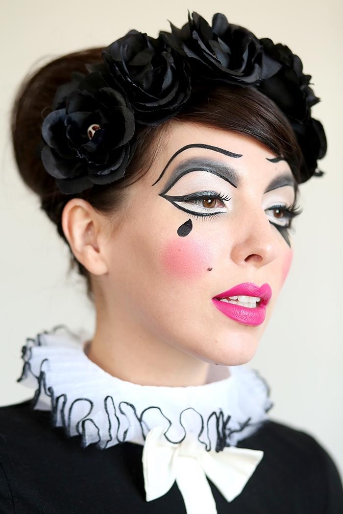 pantomime schminken, kopfschmuck mit großen schwarzen rosen, rosa lippenstift, träne