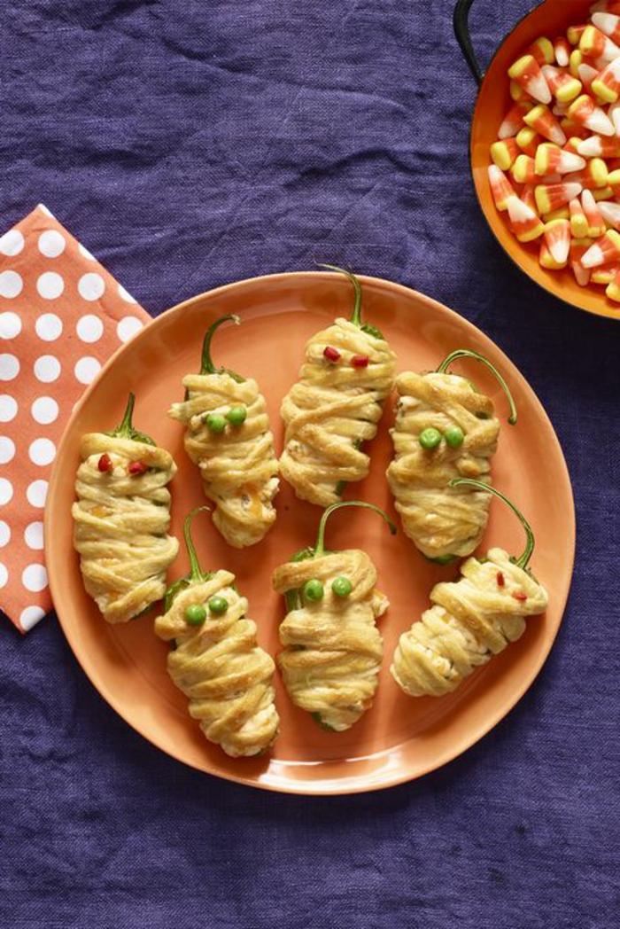 Paprika mit Teig gehüllt, Halloween Snack Ideen, kleine grüne und rote Augen, stellt Mumien dar