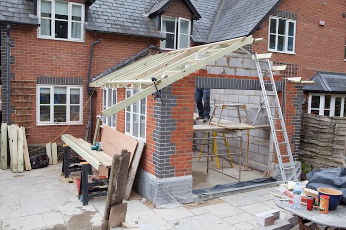 Bauwerk aus Fundament, Mauerwerk und Dachstuhl, erste Bauphase