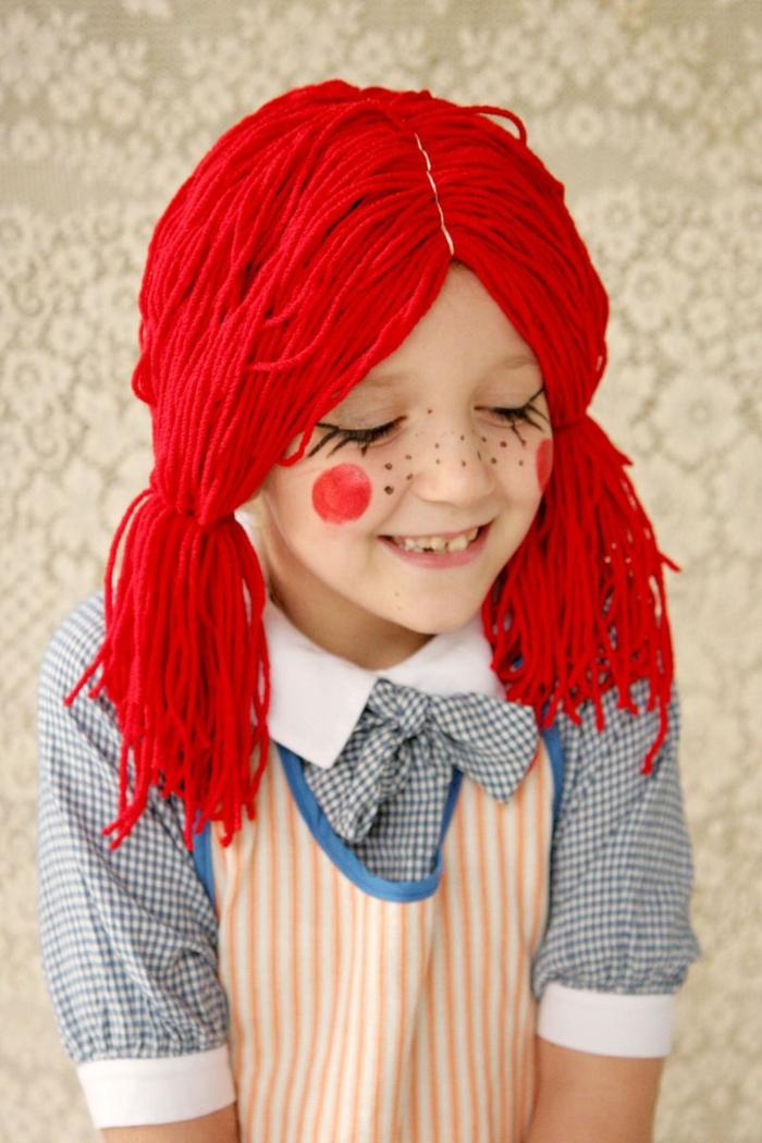 ein kleiner Pippi der Langstrumpf, mit roter Perüke, geschmickte Sommersprossen, Kinderkostüme selber machen