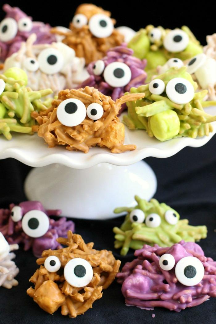 Pralinen mit Streuseln und große Augen, in grüner, lila und oranger Farbe, Halloween Snack Ideen