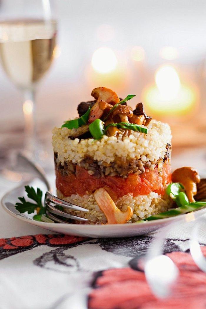 schöne gestaltung von quinoa gerichte, pilzen, tomaten, petersilie, glas wein dazu