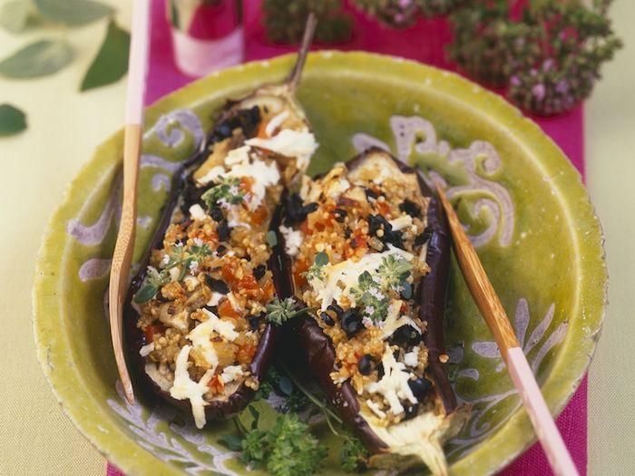 quinoa eiweiß gericht ohne fleisch mit vegetarischem protein, aubergine hälften gefüllt