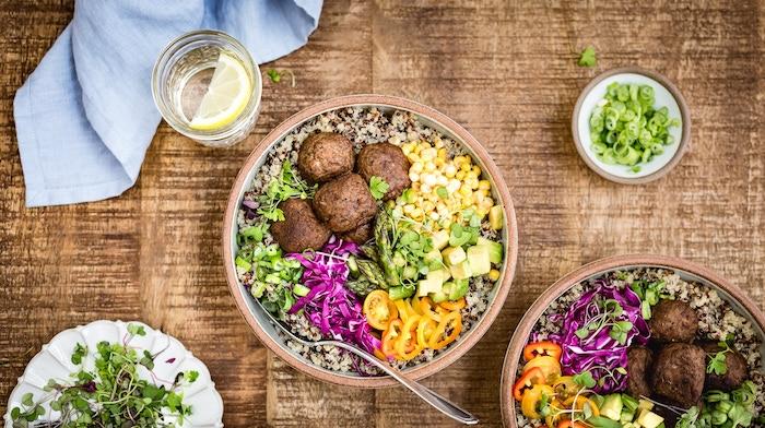 rezepte mit quinoa, frikadellen, paprika, petersilie, wasser mit zitrone, salat
