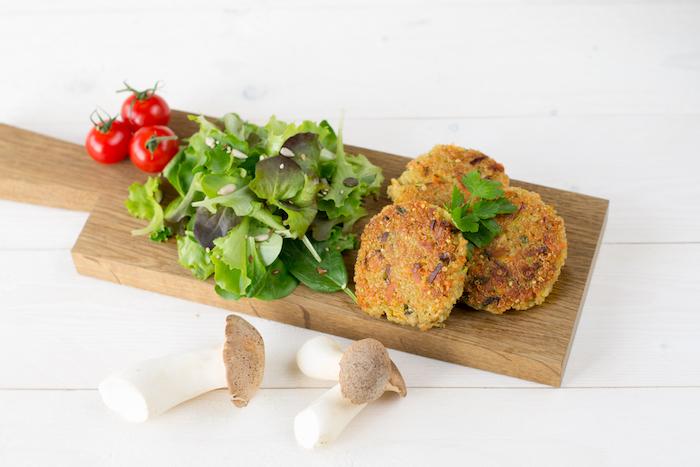 bilder, die zeigen was ist quinoa, frikadellen vegetarisch, grünsalat mit cherry tomaten, pilzen