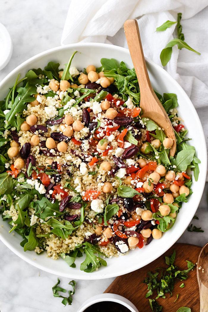 rezepte mit quinoa selber zubereiten, kichererbse, spinat, ruccola, käse, tomaten