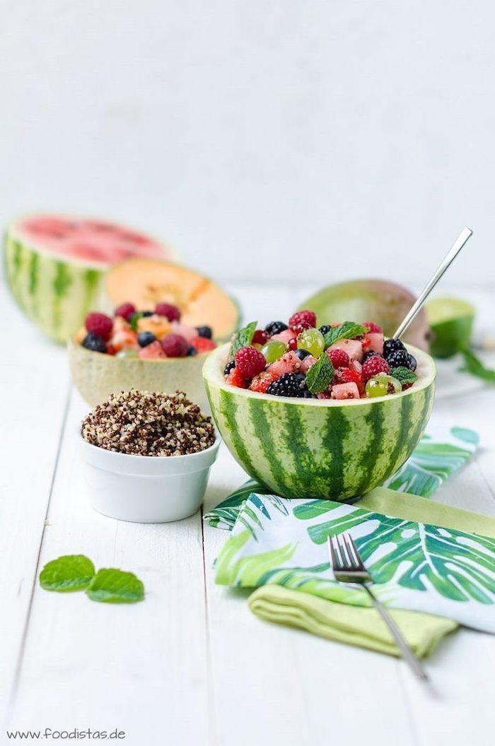 wie schmeckt quinoa in verschiedenen kombinationen, wassermelone, kiwi, himbeeren, obstsalat