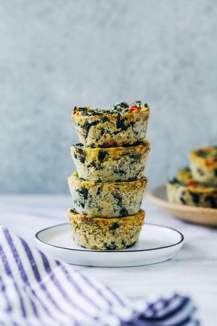 muffins rezepte mit quinoa, spinat, eier, teller mit vier kleine speisen