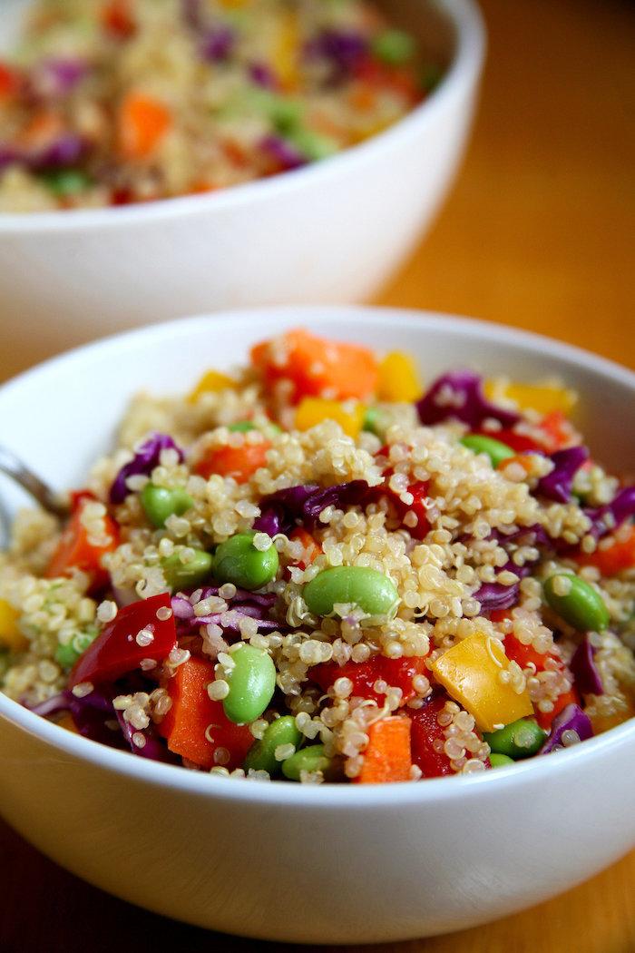 rezepte mit quinoa in einer schüssel, edamame, paprika, erbsen, kohl, gemüse und quinoa schüssel