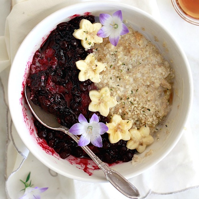 nachtisch rezepte mit quinoa brei mit roter grütze, banane als sterne geformt und blumen, deko für das essen
