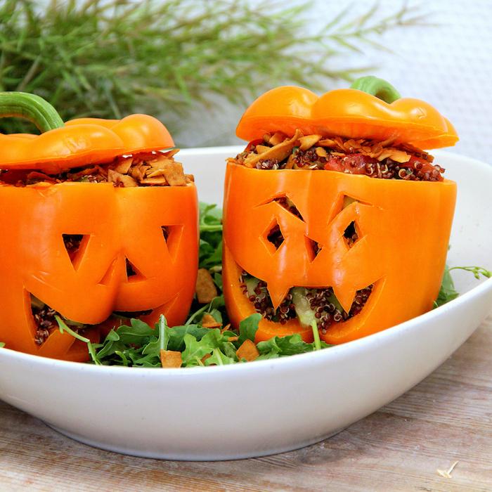 quinoa gepufft in paprikas für halloween, kreative lustige speisen, orange paprikas