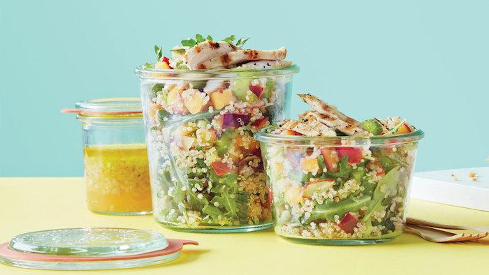 gerichte mit quinoa, schöne schüsseln mit salat quinoa, spinat, hähnchen, tomaten