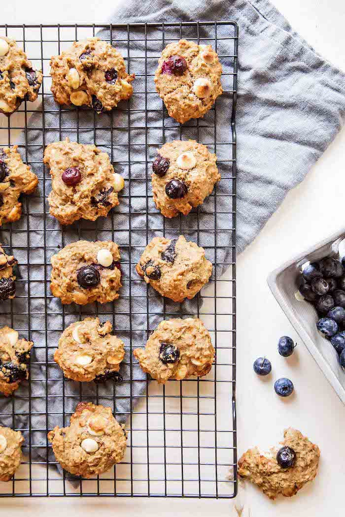 quinoa gesund idee für nachtische, plätzchen, blaubeeren, leckere gesunde süßigkeiten
