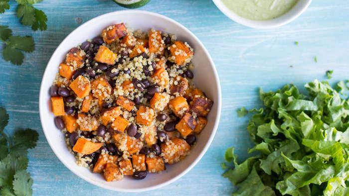 quinoa rezepte vegan ideen bohnen, kürbis stücken, grünsalat, avocado soße