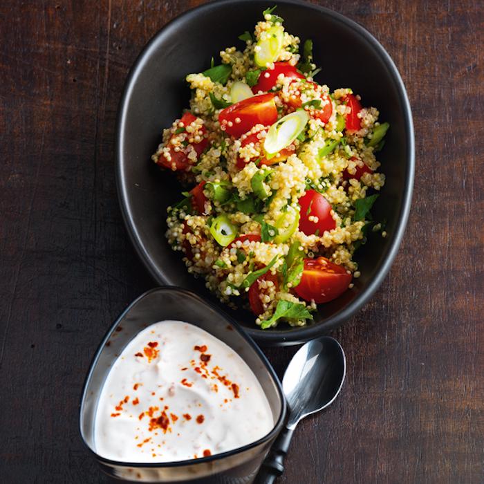 salat mit quinoa gesund mit jogurt soße, tomaten, grünsalat, petersilie