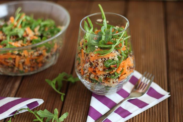 quinoa gesund salat in glas mit ruccola und möhren, schüssel oder glas