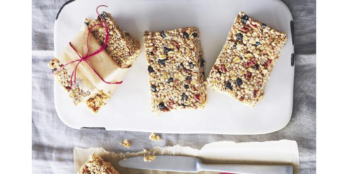 snacks mit quinoa gesund und lecker, kleine süße bars mit trockene früchten