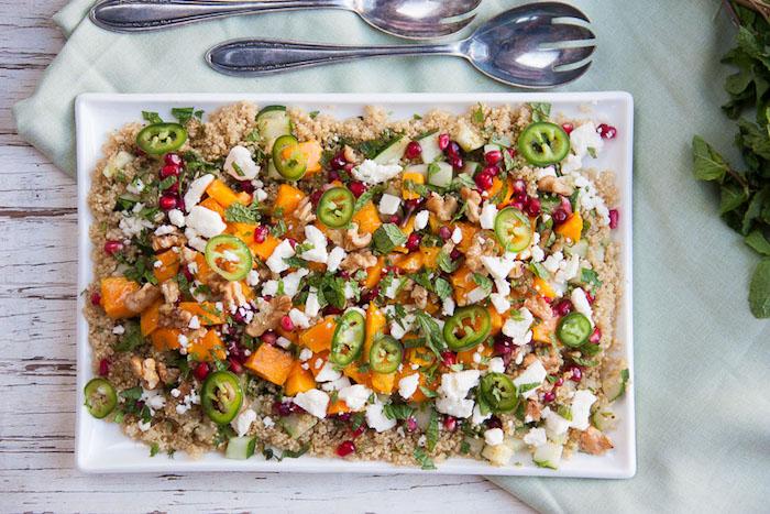 salat ideen, quinoa gesund mit käse, paprika, möhren, petersilie, fetacheese
