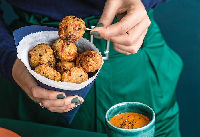 frikadellen vegetarische speisen, gefüllte zucchini rezepte, quinoa bissen in soße