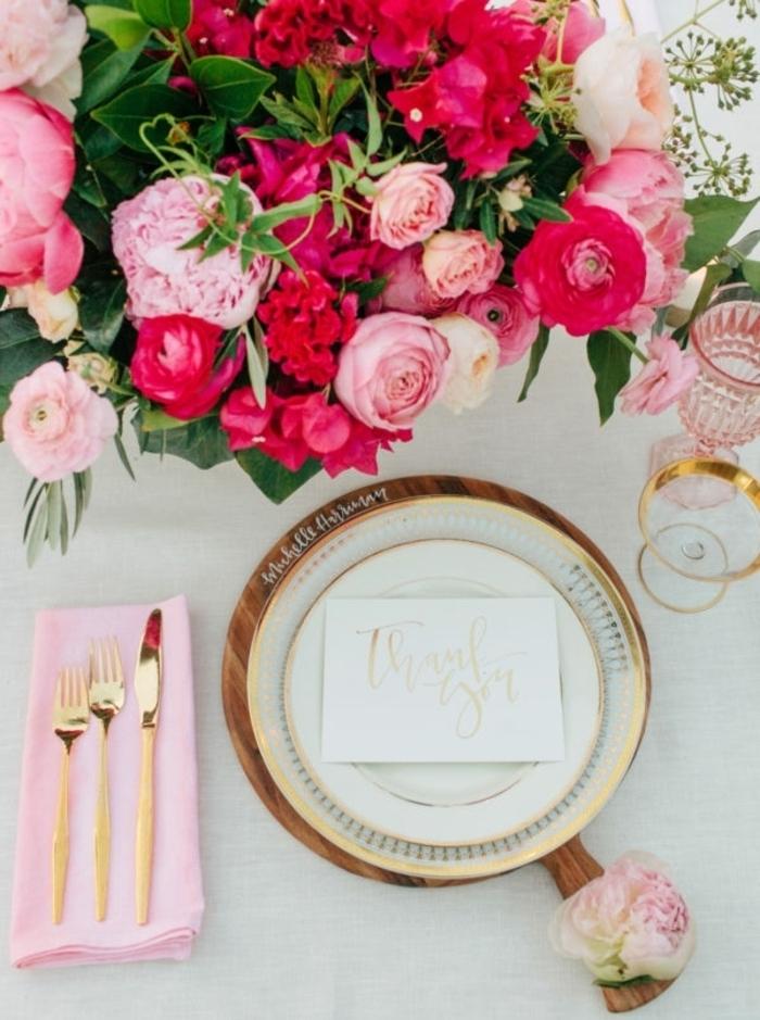DIY Hochzeitsdekoration, bunte Rosen, eine Karte mit goldener Aufschrift, rosa Serviette
