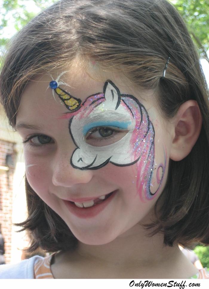 ein Einhorn Schminke an den Auge, weißer Einhorn mit rosa Mahne, Halloween Schminktipps
