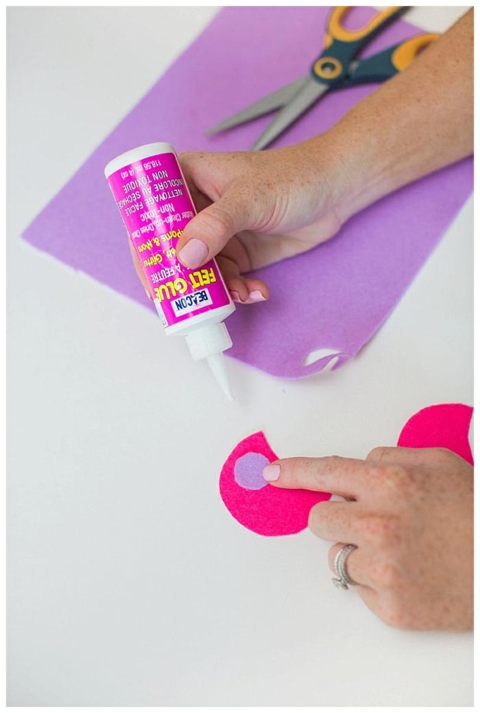 lila und rosa Buntpapier, Klebstoff, wie Sie die kleinen Ohren anzufertigen, Halloween Kostüm für Kind selber machen