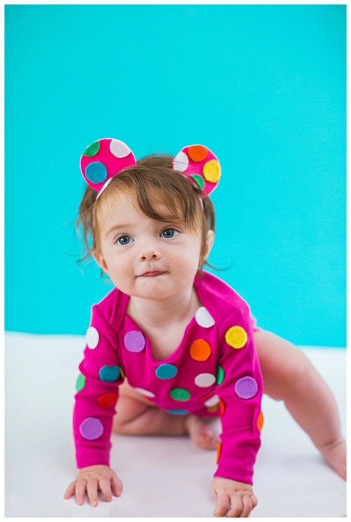 eine süße Maus mit kleinen Ohren, rosa Babybody auf Tupfen, blauaugiges Mädchen, Halloween Kostüm für Kind selber machen
