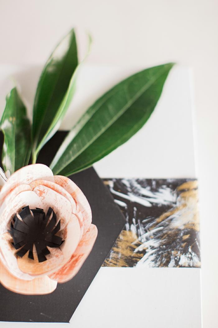ein Briefumschlag mit bunten Band, rosa Blumen und grüne Blätter, alles für die Hochzeit