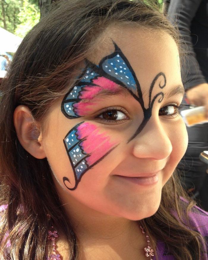 rosa und blauer Schmetterling, ein niedliches Mädchen mit braunen Augen, Halloween Schminktipps