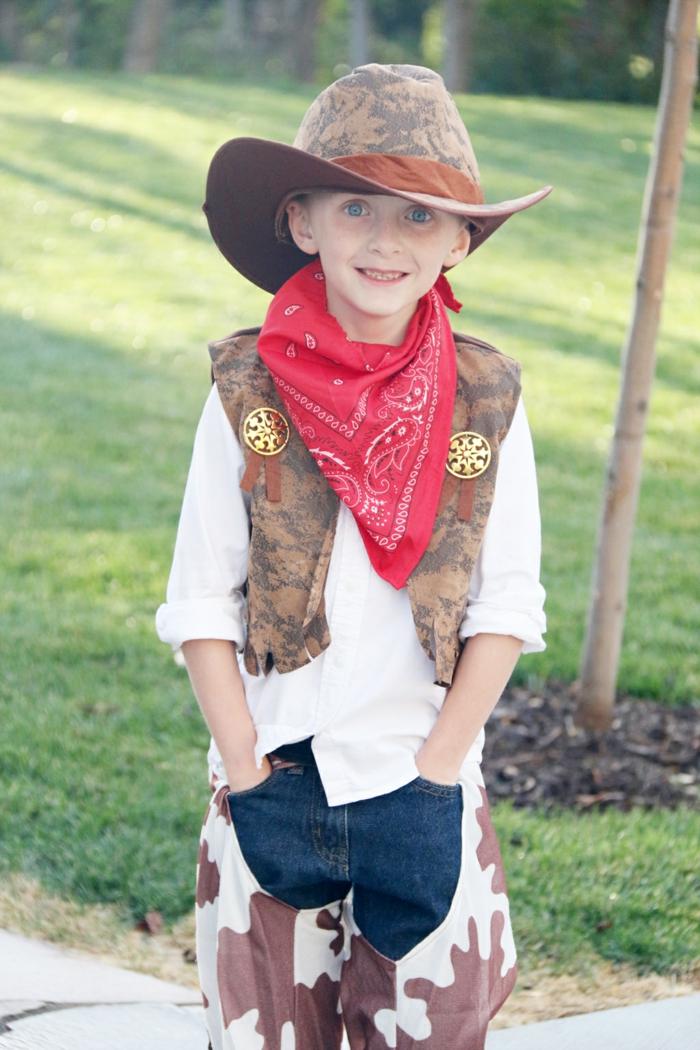 ein Junge mit Cowboy Kostüm mit einem roten Tuch und eine Lederjacke, Halloween Kostüm selber machen
