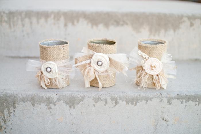 drei Dosen mit Sackleinen verziert, Deko für Hochzeit, verschiedene Schleifen und Servietten Blumen