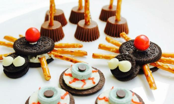 Spinnen aus Oreo, Salzstangen und Beeren, andere Süßigkeiten wie Augen, Halloween Snack Ideen