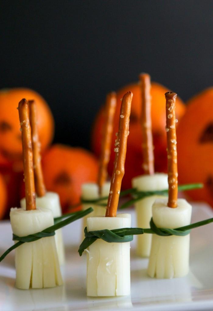 Salzstangen, Käse und grüne Schleifen, Halloween Snack Ideen wie Hexenbesen, Kürbiss