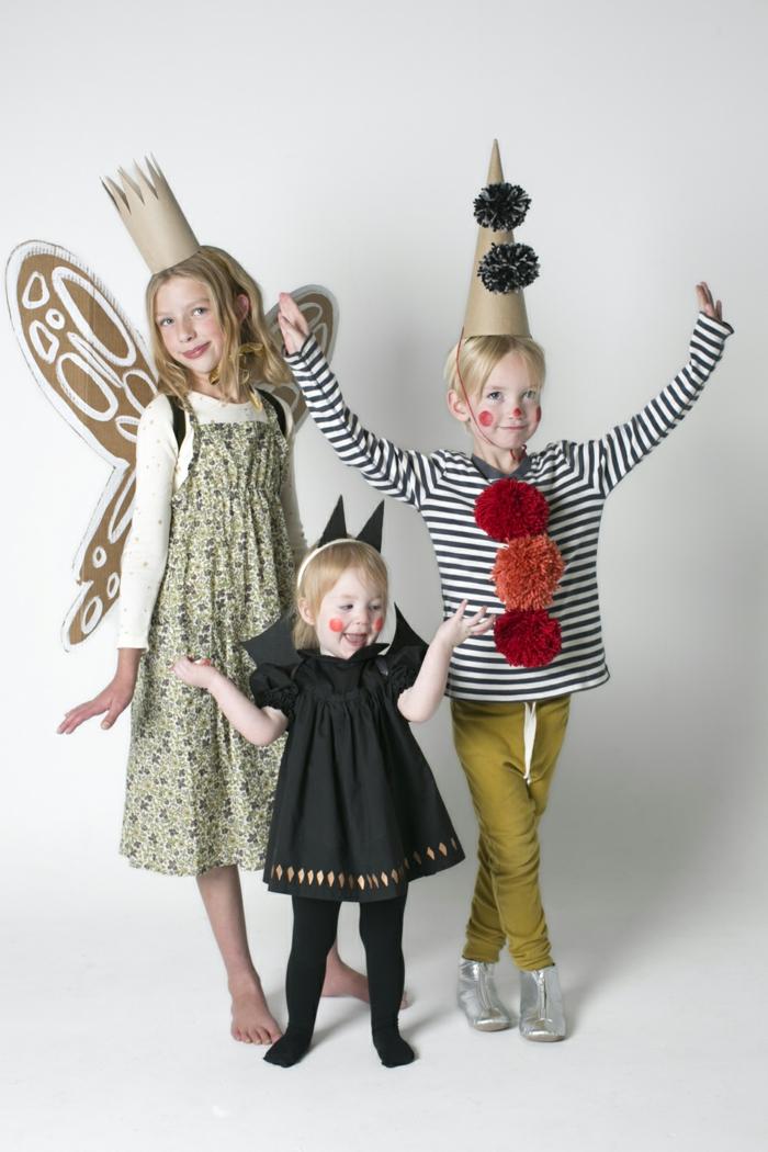 drei Geschwister, die schön gekleidet sind, Kinderkostüme selber machen, Fledermaus, Schmetterling und Clown