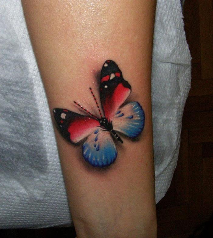 kleine tattoo motiven, schmetterling tattoo 3d in rot, blau und schwarz, unterarm