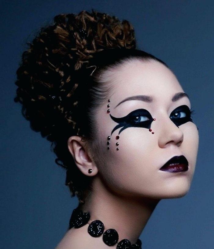 schminken halloween, frau mit dutt friur, lockige haare, schwarzer lidstrich, strasssteine