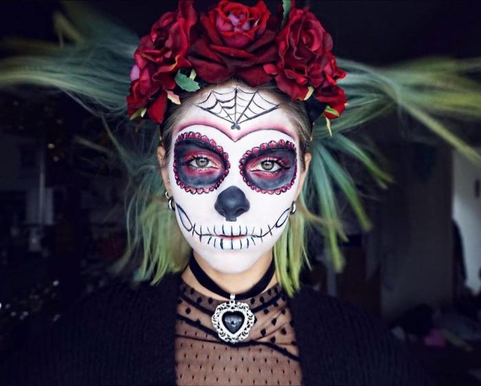 schminken halloween, maxikanischer totenkopf make up, großer kopfschmuck mit roten rosen