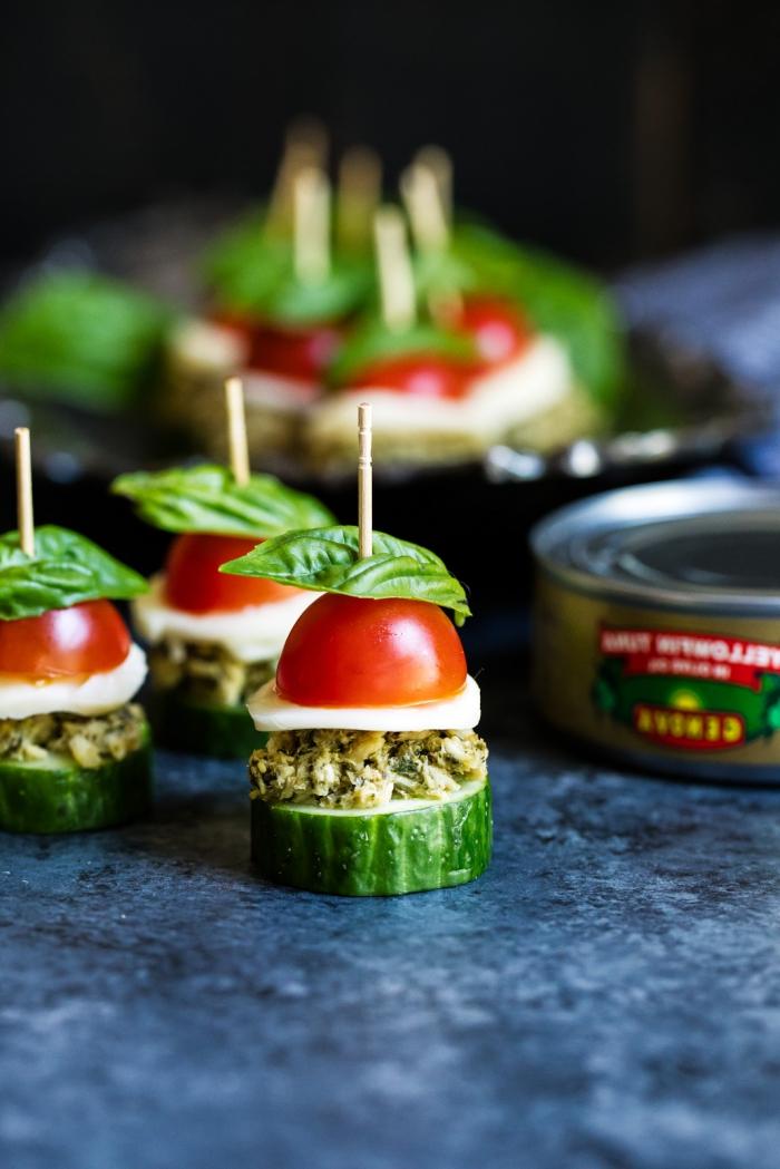 einfache und schnelle fingerfood rezepte, häppchen mit cherry tomante, pesto soße, käse und gurke