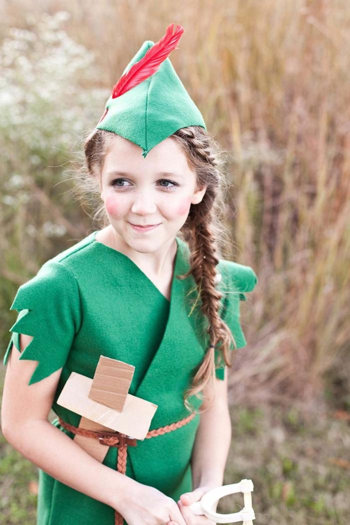 ein Peter Pan Kostüm für Mädchen, grüne Klamotten, ein Schwert aus Karton, ein Gürtel, Halloween Verkleidung