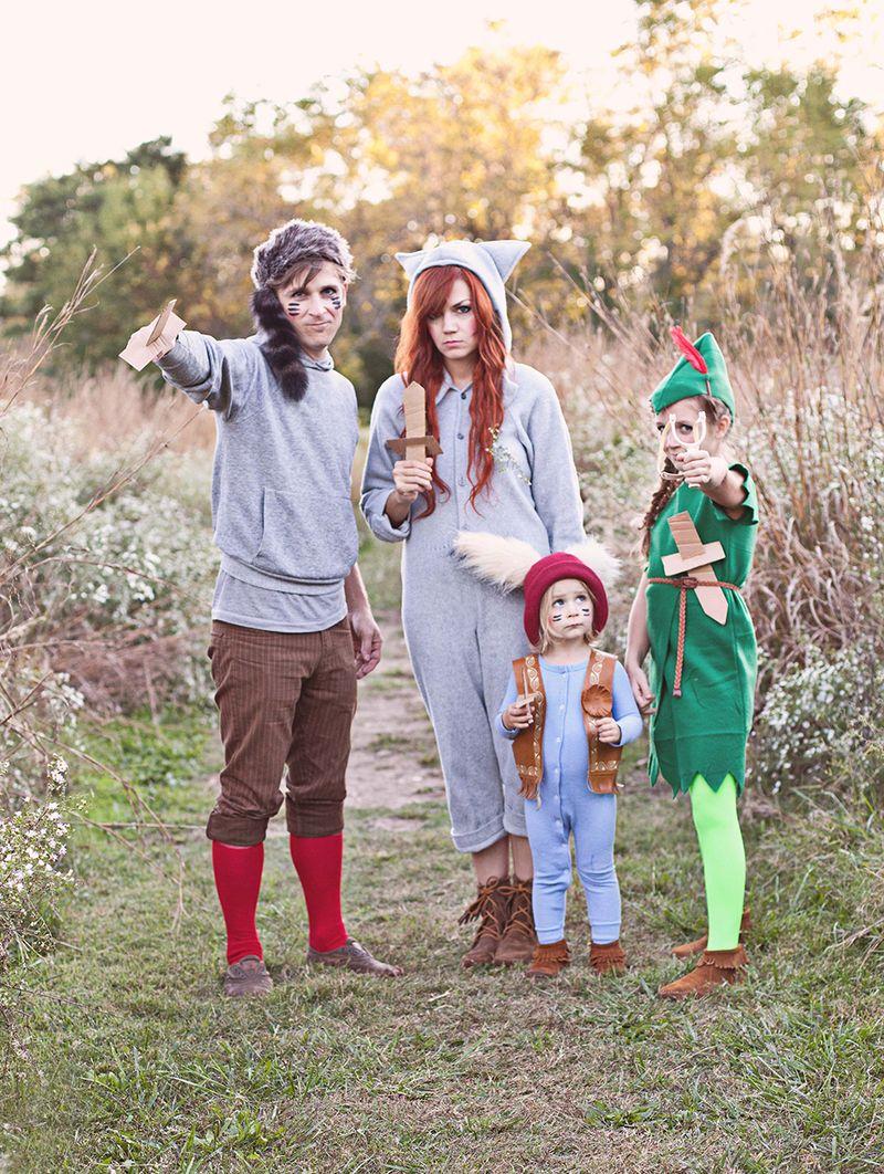 eine Familie wie Helden aus Peter Pan verkleidet, Halloween Verkleidung für Kinder und Eltern