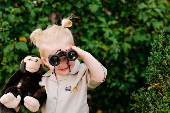 Halloween Verkledung, ein Mädchenkostüm mit Fernglas, beiges Hemd mit kleinen Tierchen als Dekoration