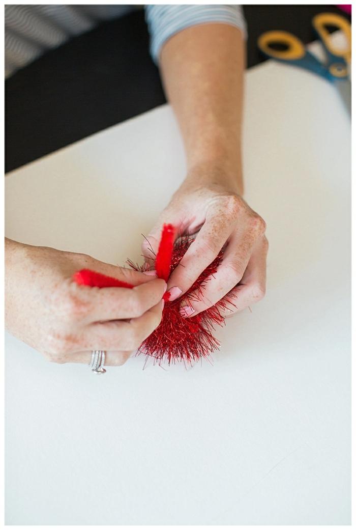 eine Anleitung, wie die Schlaife für Halloween Kostüm für Kind selber machen, in roter Farbe