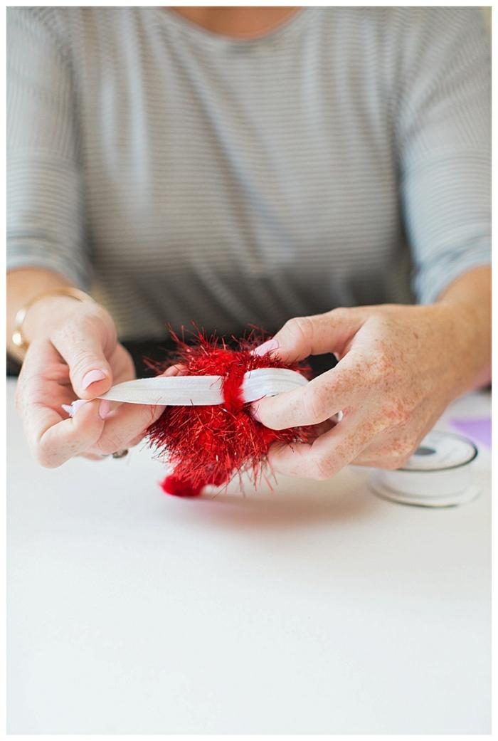 der zweite Schritt, wenn Sie ein Halloween Kostüm für Kind selber machen wollen, befestigen Sie das Haarband