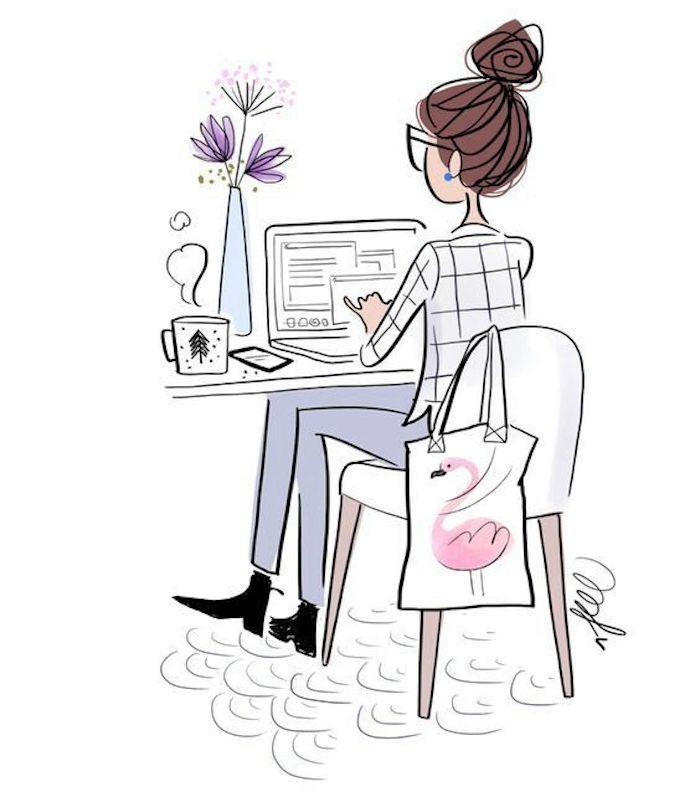 Frau mit kariertem Hemd und blauer Hose arbeitet am Computer, lila Blumen in Vase und Tasse Kaffee