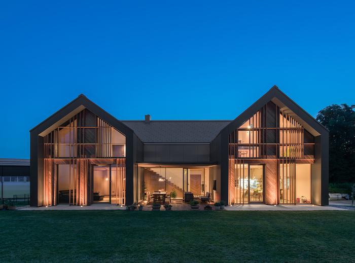 haus design architektur ideen zweispaltiges haus mit zwischenbereich, gut beleuchtet