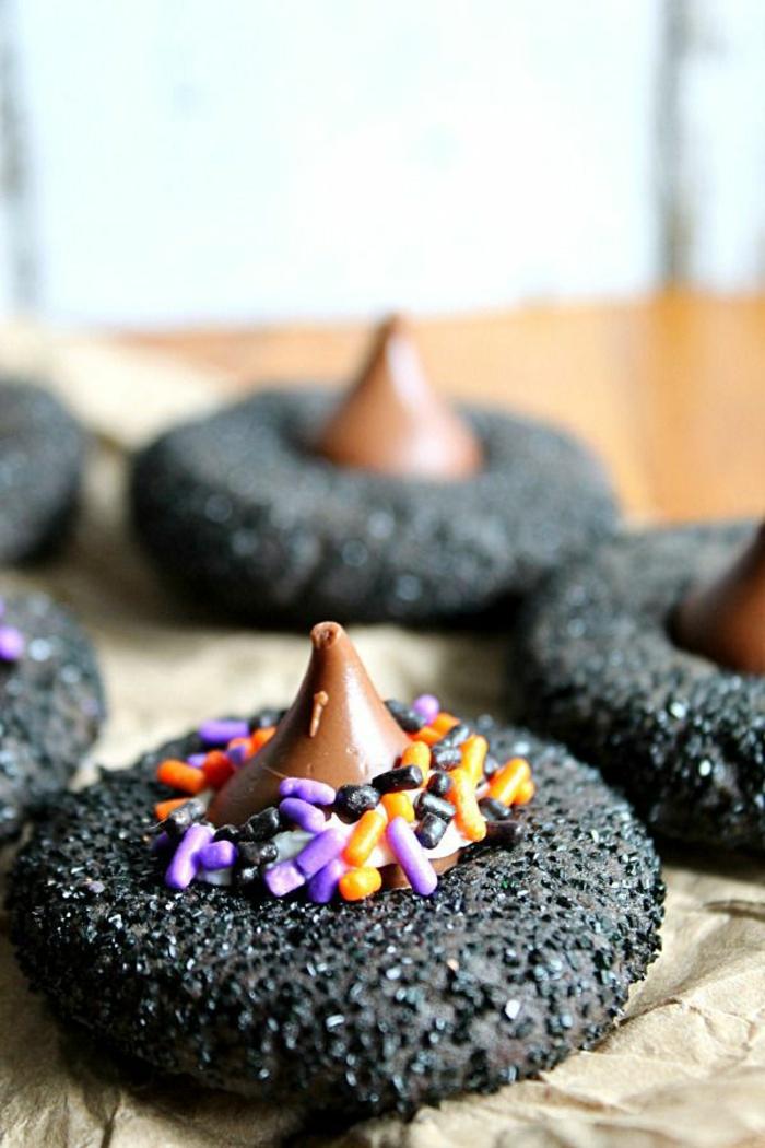 Schokoladen Hexenhüte, aus Schokoladen Teig, Pralinen und bunten Streuseln, Halloween Snack Ideen