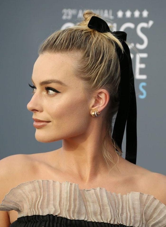 Lässige Dutt Frisur für mittellange Haare mit schwarzem Band, schulterfreies Kleid, schwarzer Lidstrich