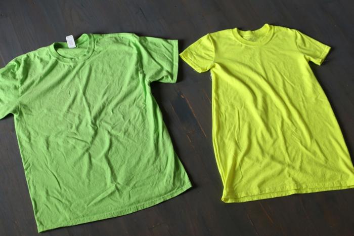 zwei Blusen in grüner und in gelber Farbe auf einem Tisch, Halloween Kostüm selber machen